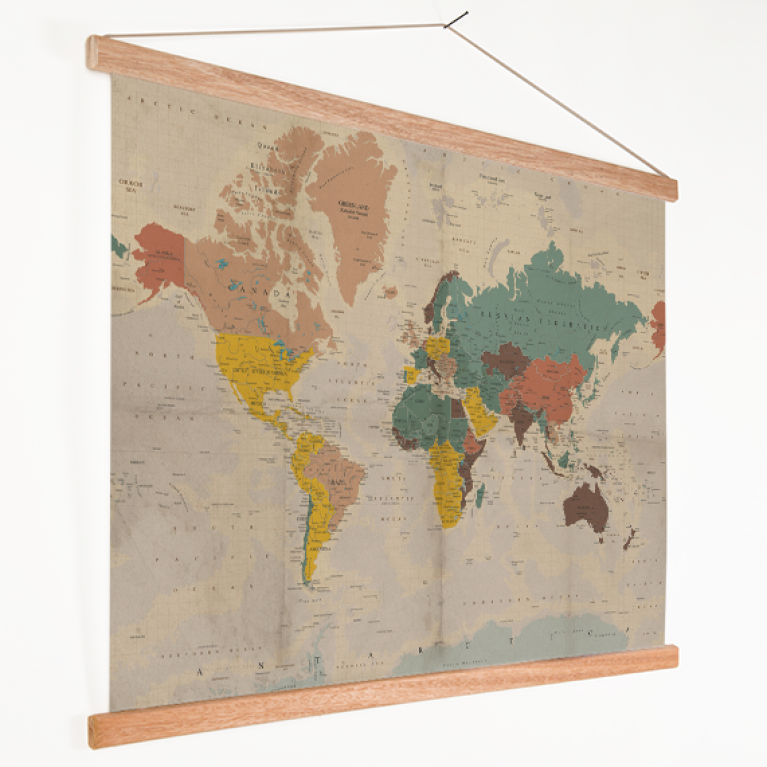verkleurd-historisch-wereldkaart-op-textielposter-latten_4